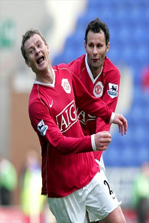 Main: Molde's coach Ole Gunnar Solskjaer celebrates a goal on the pitch line during the UEFA Europa League match against Stuttgart on October 4, 2012. Photo: ICInset: Manchester United's Ole Gunnar Solskjaer (left) celebrates scoring against Wigan with Ryan Giggs on October 16, 2006. Photo: CFP