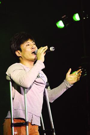 Li Chen sings
