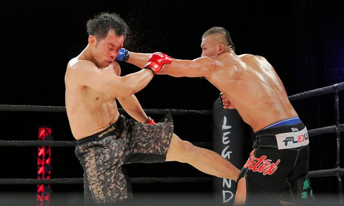 Chinese MMA fighter Liu Wenbo beats Yang Hae-jun, from South Korea, during Legend Fighting Championship events in Hong Kong on August 24, 2012. Photo: courtesy of Legend Fighting Championship