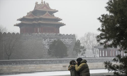 A couple shares a smog-shrouded kiss outside the Palace Museum in Beijing, the capital of China, on January 29, 2013. The National Meteorological Center (NMC) issued a code-blue alert on January 27 as the smoggy weather forecast for the following two days would cut visibility and worsen air pollution in some central and eastern Chinese cities. Photo: Li Hao/GT