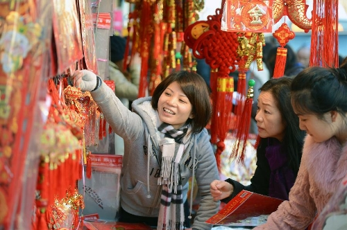 A local Chinese sells traditional decorations for the upcoming Chinese Lunar New Year in China Town, New York, the United States, Feb. 6, 2013. The Chinese Lunar New Year, or Spring Festival, starts on Feb. 10 this year. (Xinhua/Wang Lei)