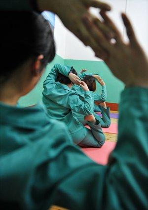 Inmates practice yoga. Photo: CFP