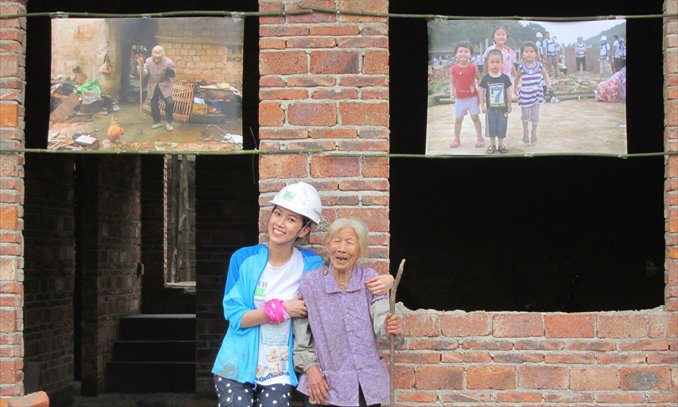 Hong Kong actress Kelly Fu poses with a local resident in a charity event in Conghua, Guangdong Province on May 5. The event, organized by a charitable NGO, was aimed at helping poor people build their homes. Photo: CFP