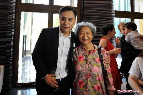 Actor Liu Ye (L) poses for photo with her tutor Professor Chang Li after he received the Order of Arts and Letters by the French government in Beijing, capital of China, June 27, 2013. Established in 1957, the order is the recognition of significant contributions to the arts and literature. (Xinhua/Pan Chaoyue)