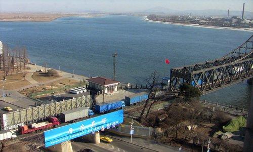 Trucks are bumper to bumper on the Amrok Bridge linking Dandong with Shinuiju, the North Korean border city on December 30, 2011. Photo: CFP