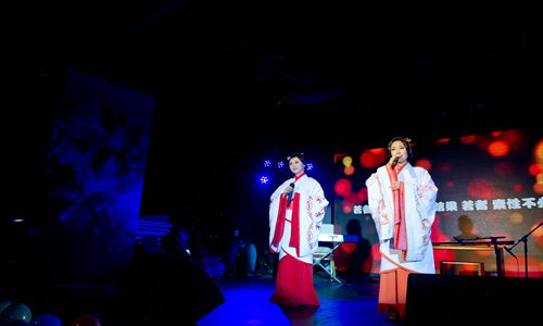 <em>Gufeng</em> singers perform at MMQMusic's new year concert in Beijing on Dec 31, 2012. Photo: Courtesy of MMQMusic