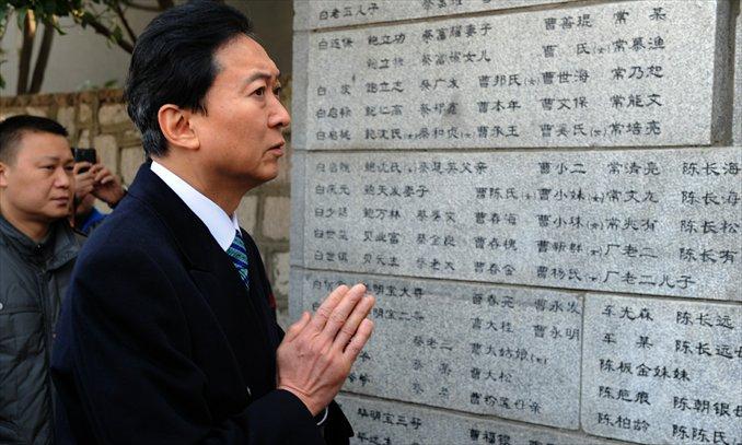 Former Japanese Prime Minister Yukio Hatoyama mourns the Nanjing Massacre victims in front of a memorial wall in Nanjing, capital of East China's Jiangsu Province, on Thursday. Hatoyama is the third former Japanese prime minister to visit the memorial hall after Toshiki Kaifu and Tomiichi Murayama. Photo: Xinhua