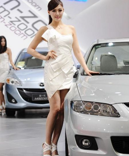 A model poses beside a car by Mazda during the 15th Chengdu Motor Show (CDMS) in Chengdu city, Southwest China's Sichuan Province, August 31, 2012. The CDMS opens to the public from August 31 to September 9, with the participation of a total of 420 exhibitors from home and abroad. Photo: Xinhua
