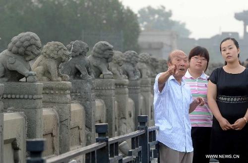 Zheng Fulai (L), a witness of the