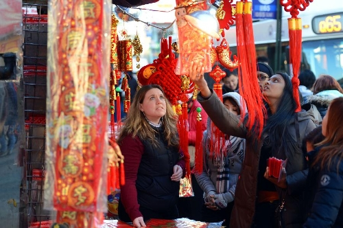 Local residents look at the traditional decorations for the upcoming Chinese Lunar New Year in China Town, New York, the United States, Feb. 6, 2013. The Chinese Lunar New Year, or Spring Festival, starts on Feb. 10 this year. (Xinhua/Wang Lei)