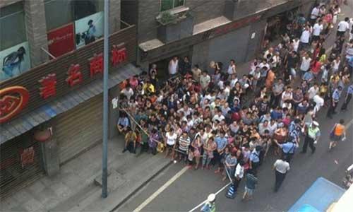 People gathers at Tongjiaqiao, where Zhou Kehua was shot dead. Photo: 163.com