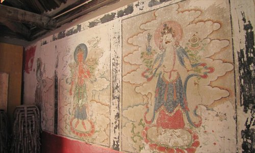 The paintings that replaced the Qing Dynasty originals (inset) at the Yunjie Temple in Chaoyang, Liaoning. Photo: eastday.com