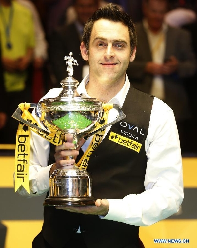 Ronnie O'Sullivan of England poses with his trophy during the awarding ceremony for 2013 World Snooker Championship at the Crucible Theatre in Sheffield, Britain, May 6, 2013. Ronnie O'Sullivan sealed his fifth world title by defeating Barry Hawkins of England with 18-12 in the final. (Xinhua/Wang Lili)