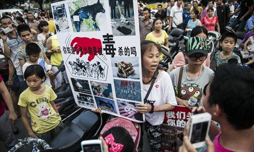 Volunteers call for people not to eat dog meat in Yulin on June 21. Photo: Li Hao/GT
