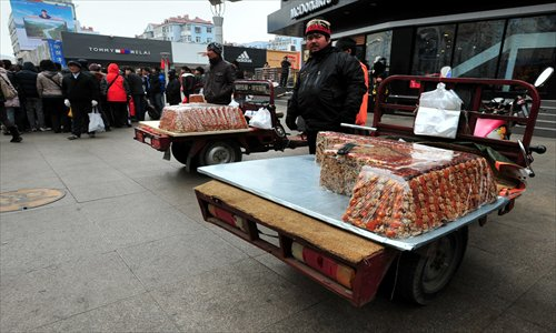 A qiegao vendor showcases this candy from the Xinjiang Uyghur Autonomous Region in Qingdao, Shandong Province. Photo: IC