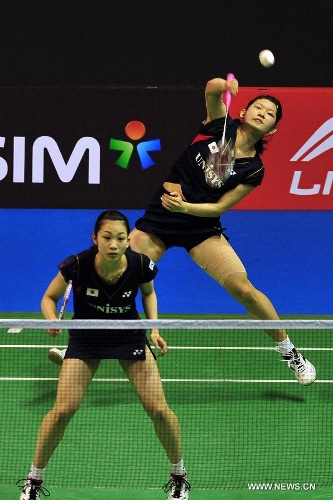 Misaki Matsutomo (front) and Ayaka Takahashi of Japan return the shuttlecock during their women's doubles finals against Zhao Yunlei and Tian Qing of China in the Singapore Open badminton tournament in Singapore, June 23, 2013. Zhao Yunlei and Tian Qing won 2-0. (Xinhua/Then Chih Wey)