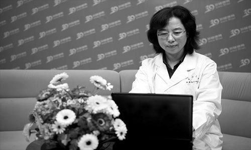 Doctor Xi Liyan from Sun Yat-sen Memorial Hospital answering questions online.