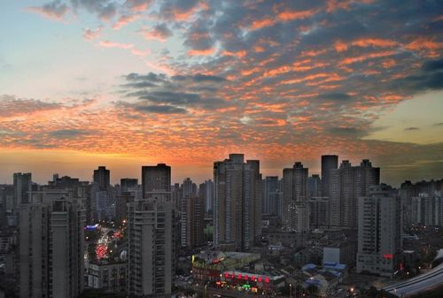 Photo taken on October 12, 2012 shows gorgeous sunglow over the Huangpu River in Shanghai, East China. Photo: Xinhua