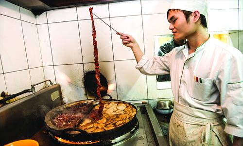 A cook at Longfusi restaurant. Photos: Li Hao/GT and CFP