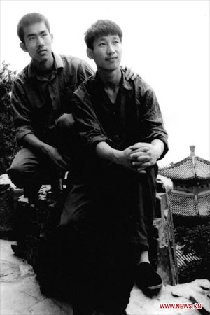 File photo taken in 1977 shows Xi Jinping (R) poses for photo as a college student. (Xinhua)