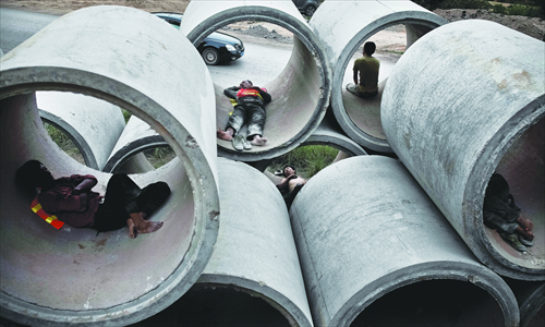 Construction workers rest in pipes. Photo: Zhou Pinglang/Tencent News