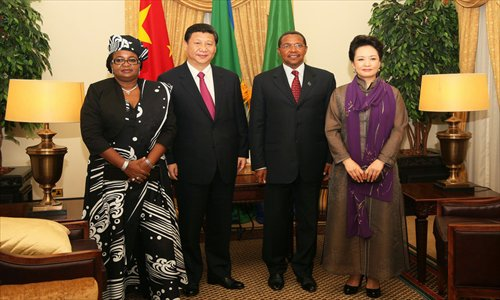 Chinese President Xi Jinping and his wife Peng Liyuan pose for photos with Tanzanian President Jakaya Mrisho Kikwete and his wife Salma Kikwete on March 24 during a state visit to Tanzania. Photo: ifeng.com
