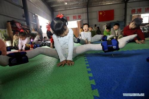 Children practice gymnastics in E China school - Global Times