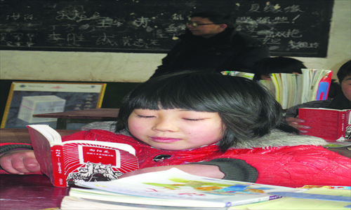 A primary school student reads The Little Red Book. Photo: Liang Chen/GT