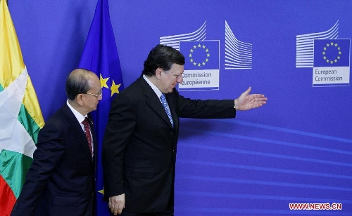 European Commission President Jose Manuel Barroso (R) greets Myanmar President U Thein Sein at EU headquarters in Brussels, capital of Belgium, March 5, 2013. (Xinhua/Zhou Lei)
