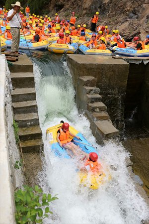 People swarm a rafting resort in Hangzhou, Zhejiang Province on Saturday. Photo: CFP