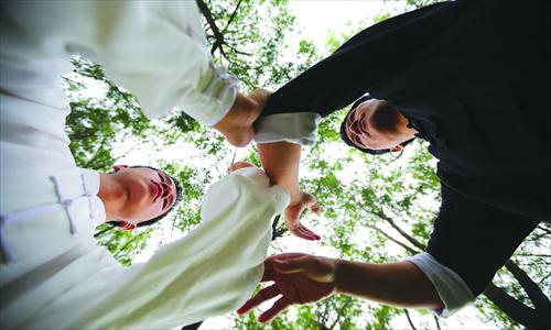 Tai Chi master Wan Zhouying, right, directs his blind assistant Zheng Yuankang. Photo: IC