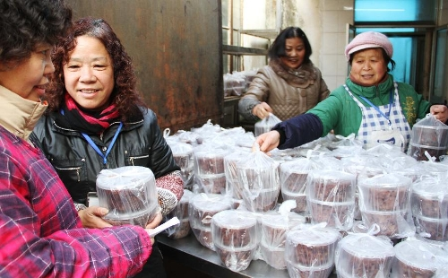Citizens get free porridge at Xiyuan Temple in Suzhou, east China's Jiangsu Province, Jan. 19, 2013. The Xiyuan Temple distributed Laba porridge for free on Jan. 19, the eighth day of the 12th lunar month or the day of Laba Festival. The Laba Festival is regarded as a prelude to the Spring Festival, or Chinese Lunar New Year, the most important occasion of family reunion, which falls on Feb. 10 of this year. Drinking Laba porridge on the day of Laba is a traditional custom in China. (Xinhua/Zhu Guigen)