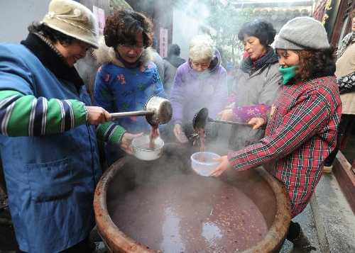 Citizens get free porridge at Hanshan Temple in Suzhou, east China's Jiangsu Province, Jan. 19, 2013. The Hanshan Temple distributed Laba porridge for free on Jan. 19, the eighth day of the 12th lunar month or the day of Laba Festival. The Laba Festival is regarded as a prelude to the Spring Festival, or Chinese Lunar New Year, the most important occasion of family reunion, which falls on Feb. 10 of this year. Drinking Laba porridge on the day of Laba is a traditional custom in China. (Xinhua/Hang Xingwei)