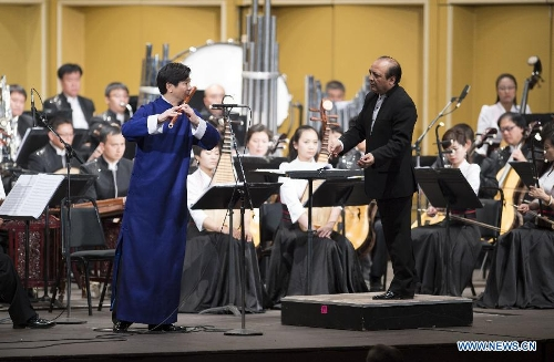 Artist Wang Ciheng performs with the China Central Chinese Orchestra during a Spring Festival celebration concert in Pasadena, Los Angeles, the United States, Feb. 4, 2013. (Xinhua/Yang Lei)