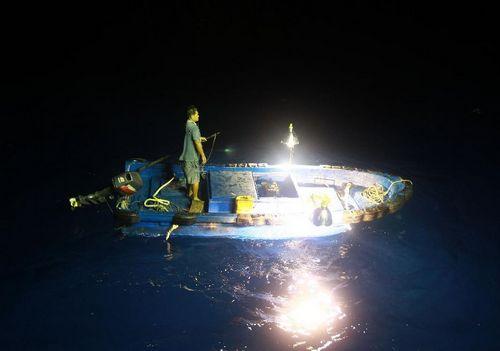 Fishermen start fishing near nansha islands in south china for Boat lights for night fishing