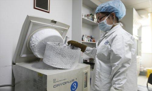 A sperm bank doctor freezes a sample. Photo: Cai Xianmin/GT
