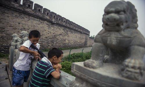 two boys playing near the Tongyun Bridge Photos: Li Hao/GT