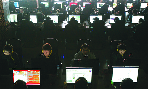 Surfing the Web at an Internet cafe in Taiyuan, Shanxi Province, on March 10, 2010. Photo: CFP