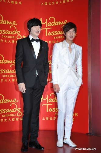 South Korean actor Lee Min-ho poses for photos with his life-size wax figure during a ceremony to unveil his wax figure at the Madame Tussauds in Shanghai, east China, April 19, 2013. (Xinhua)