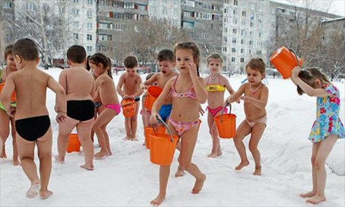 Russian kids enjoy cold bath in winter. Photo: Chinanews.com