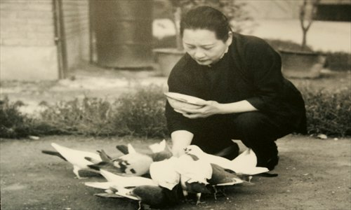 Soong Ching Ling feeds pigeons. Photo: CFP