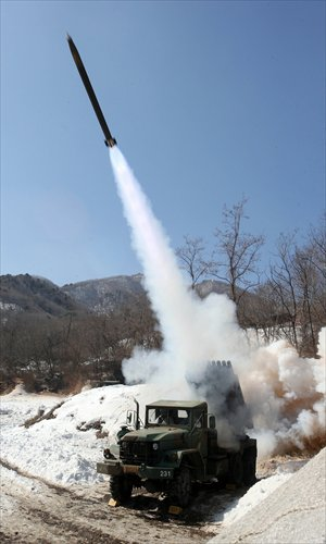 A South Korean Army multiple rocket launcher fires live rounds during a live fire drill in Cheorwon, 70 kilometers northeast of Seoul Friday. On Tuesday, Pyongyang said that it had carried out a successful underground nuclear test. South Korea said Thursday that it had prepared missiles for launching, believed to have a range of 1,000 kilometers. Photo: AFP