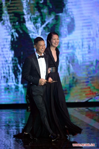 Actress Miriam Yeung (R) and actor Nick Cheung (L) attend the presentation ceremony of the 32nd Hong Kong Film Awards in south China's Hong Kong, April 13, 2013. (Xinhua/Chen Xiaowei)