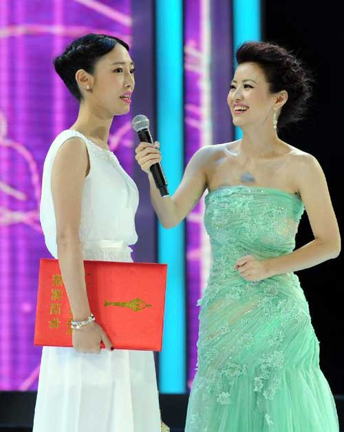 Actress Bai Baihe (L) is awarded the Best Female Lead Award on the ceremony of the 31st Hundred Flowers Award in Shaoxing, east China's Zhejiang Province, Sept. 29, 2012. Photo: Xinhua
