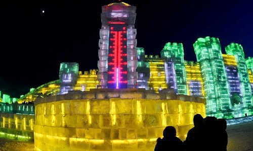 Tourists look at a thermometer-shaped snow sculpture at the 29th Harbin International Ice and Snow Festival in Harbin, capital of northeast China's Heilongjiang Province, December 23, 2012. The festival kicked off at the Harbin Ice and Snow World on Sunday. Photo: Xinhua