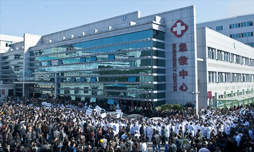 Hundreds of protesters from Wenling, Zhejiang Province, gather in the yard of the First People's Hospital of Wenling on Monday, calling for zero tolerance toward violence against medical staff. Photo: IC