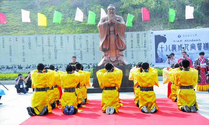 Freshmen from Nanchang Hangkong University in Jiangxi Province wearing traditional clothes worship a statue of Confucius on the campus on November 3, 2011. This is a rite of passage ceremony the university holds annually for freshmen. Photo: CFP