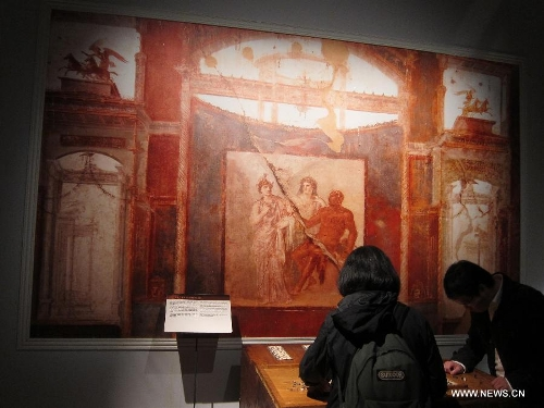 Visitors watch the ancient Rome-related exhibits during an exhibition at Hong Kong Science Museum in south China's Hong Kong, Jan. 23, 2013. Exhibition