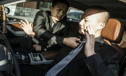 An instructor teaches bodyguards how to deal with a knife attack. Photo: Li Hao/GT