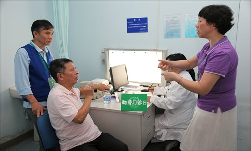 A signer helps a deaf patient communicate with a doctor at Shanghai East Hospital. Photo: Courtesy of the hospital